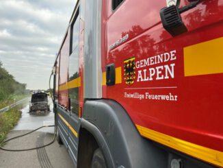 FW Alpen: Pkw in Vollbrand auf der A57