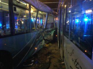 FW-BN: 6 Verletzte nach schwerem Verkehrsunfall zwischen Straßenbahn und Linienbus am Bertha-von-Suttner-Platz