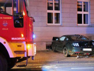 FW Celle: Verkehrsunfall - PKW gegen Hauswand