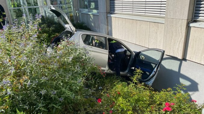 FW-DO: Auto stürzt Böschung herab und prallt vor Hauswand