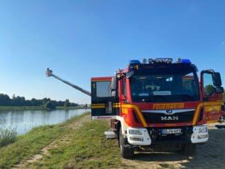 FW Dresden: Person treibt in Elbe