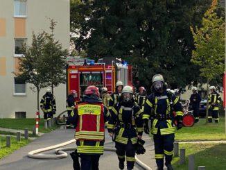 FW Düren: Vermisste Person in verrauchter Wohnung führte zu Großaufgebot der Feuerwehr