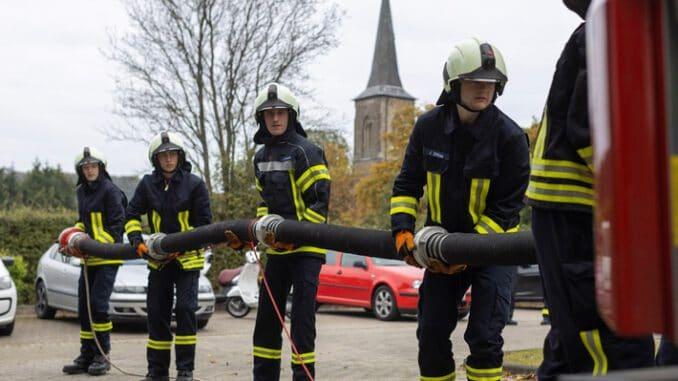 FW-EN: 17 Feuerwehrleute schließen Teil der Grundausbildung erfolgreich ab