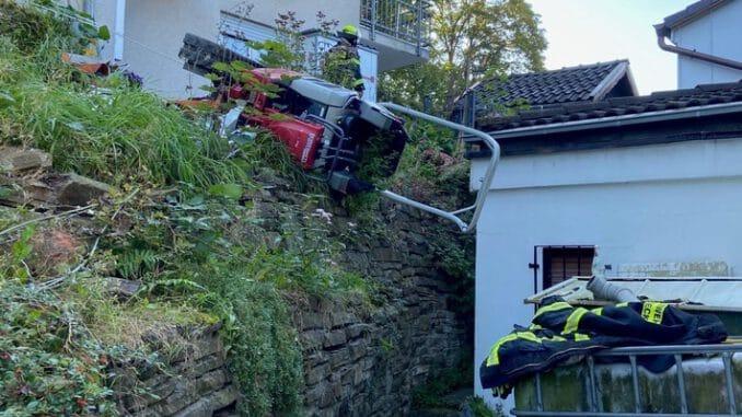"""FW-EN: Minibagger stürzte in Hanglage um und bedrohte einen Patienten - Schwierige Menschenrettung in der Straße """"An der Walkmühle"""""""