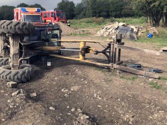 FW-EN: Radlader umgekippt - eingeklemmte Person gemeldet