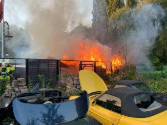 FW-GLA: Gartenlaube brennt in voller Ausdehnung