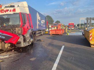 FW Helmstedt: Verkehrsunfall mit zwei LKW und Unbekannter Ladung