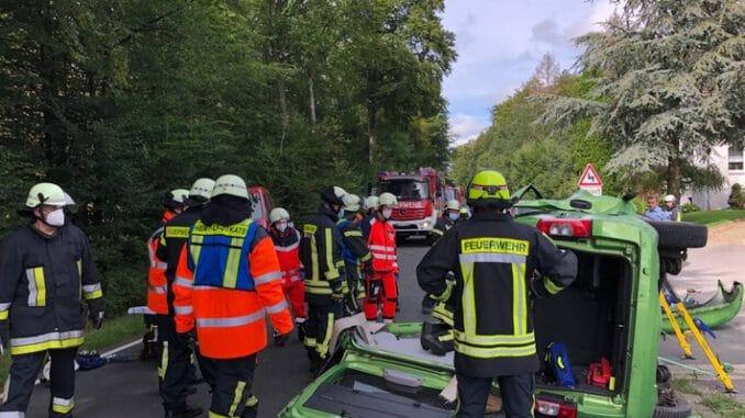 FW Horn-Bad Meinberg: Verkehrsunfall mit eingeklemmter Person; 1 Person aus PKW befreit