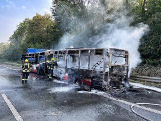 FW-NE: Brannte Gelenkbus auf A46