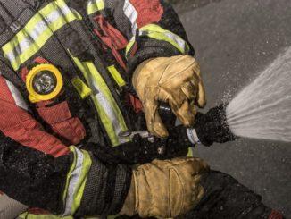 FW Norderstedt: Brennender Unterstand - Feuerwehr verhindert Brandausbreitung auf Kindertagesstätte