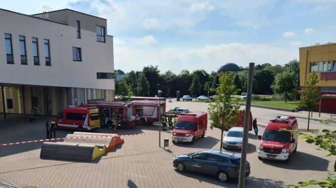 FW Osterholz-Scharm.: Gefahrstoffeinsatz an Schule