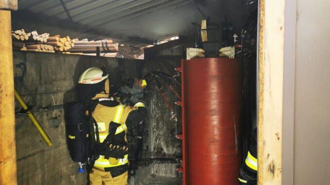FW-PL: Feuerwehr löscht Brand eines Trafos am Gebäude