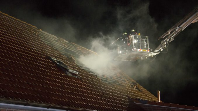 FW-RD: Ferienwohnung in Sophienhamm durch Feuer zerstört - 70 Einsatzkräfte löschten das Feuer