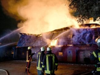 FW-RD: Landwirtschaftliches Gebäude in Flammen - Großer Einsatz in Mörel