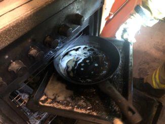 FW Ratingen: Brennender Backofen in Küche eines Mehrfamilienhauses