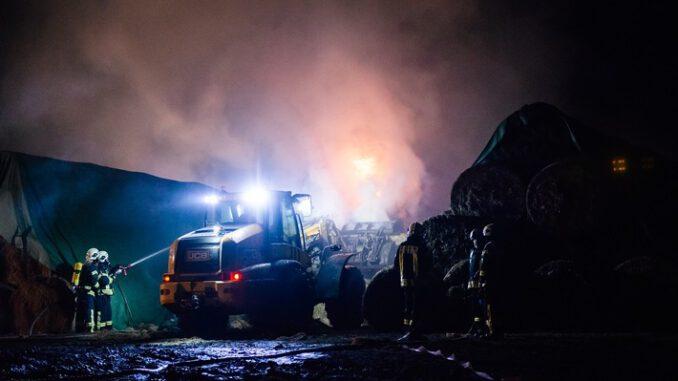 FW-SE: Rund 80 Rundballen abgebrannt
