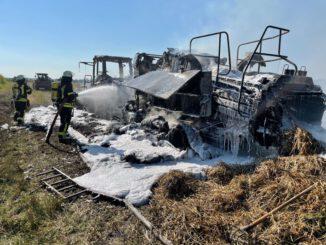 FW-SE: Schlepper und Ballenpresse brennen komplett aus