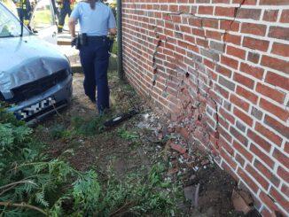 FW-Schermbeck: PKW Fahrerin fährt gegen Hauswand