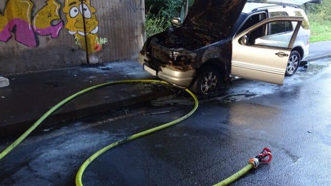 FW Sonsbeck: PKW brennt unter Autobahnüberführung