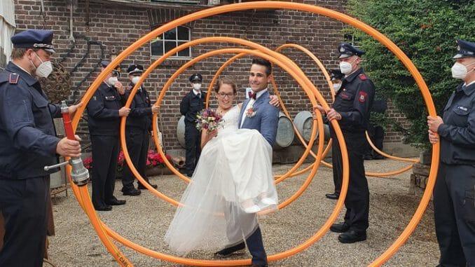 FW Tönisvorst: Feuerwehrmann trägt seine Frau in die gemeinsame Zukunft