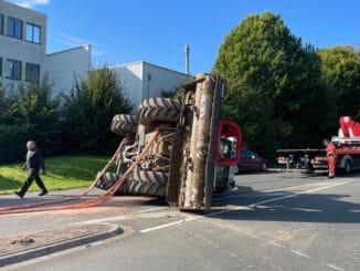 FF Bad Salzuflen: Traktor landet nach Kurvenmanöver auf der Seite / Feuerwehr ist mit 30 Einsatzkräften an der Bielefelder Straße