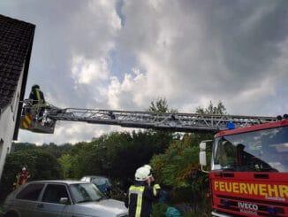 FFW Schiffdorf: Feuerwehr und Rettungsdienst retten Person aus Ersten Obergeschoss