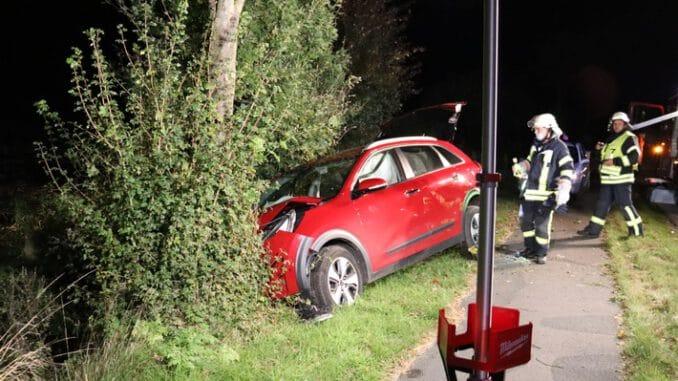 FFW Schiffdorf: Pkw kommt von Fahrbahn ab und prallt gegen Baum: Fahrer und Beifahrerin verletzt