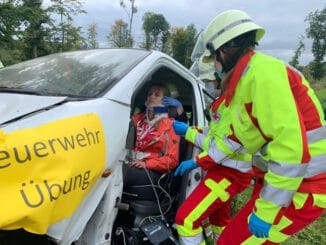 FW Borgentreich: Gemeinsame Alarmübung der Feuerwehr Borgentreich und dem Deutschen Roten Kreuz.