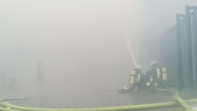 FW-E: Brand in einer Lagerhalle-Brandausbreitung verhindert-Ein Feuerwehrmann leicht verletzt