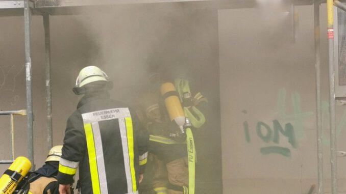 FW-E: Kellerbrand in einem Mehrfamilienhaus - zwei Personen über Drehleiter gerettet.