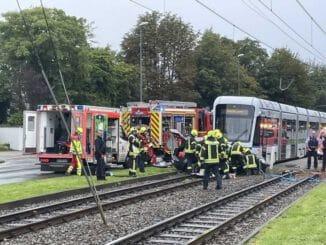 FW-GE: Pkw kollidiert mit Straßenbahn / Zwei eingeklemmte Pkw-Insassen nach Zusammenstoß mit Straßenbahn