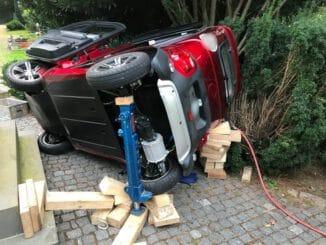 FW Grevenbroich: Verkehrsunfall auf Friedhof / Feuerwehr rettet eingeklemmten Fahrer aus Elektro-Kabinenroller