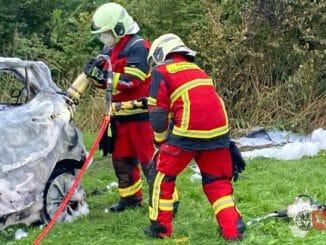 FW-HEI: Schwerer Verkehrsunfall in Brunsbüttel - 3 Personen verbrennen im Unfallwagen