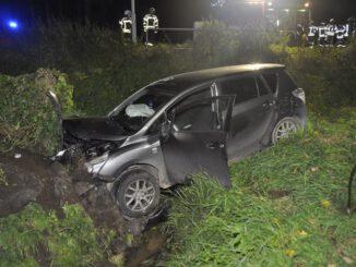 FW-KLE: Verkehrsunfall: Auto landet in Wassergraben