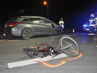 FW-KLE: Verkehrsunfall auf Bundesstraße: Radfahrer wird schwer verletzt