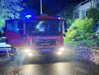 FW Königswinter: Gartenhütte brennt in Oberdollendorf