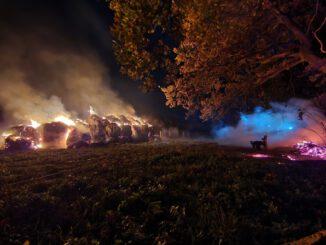 FW Lehrte: Brennende Strohballen im Bereich einer Stallung