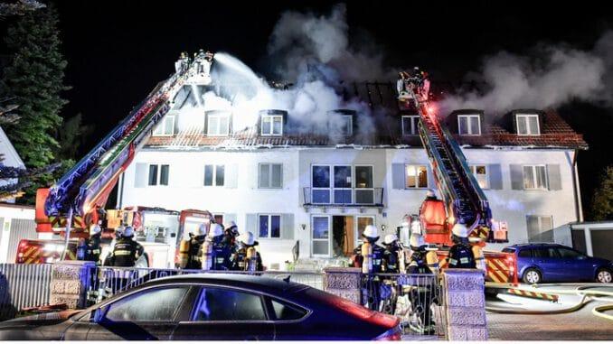 FW-M: Dachstuhl völlig abgebrannt (Obermenzing)