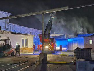 FW-NE: Feuer in einer Werkstatthalle an der Scharnhorststraße