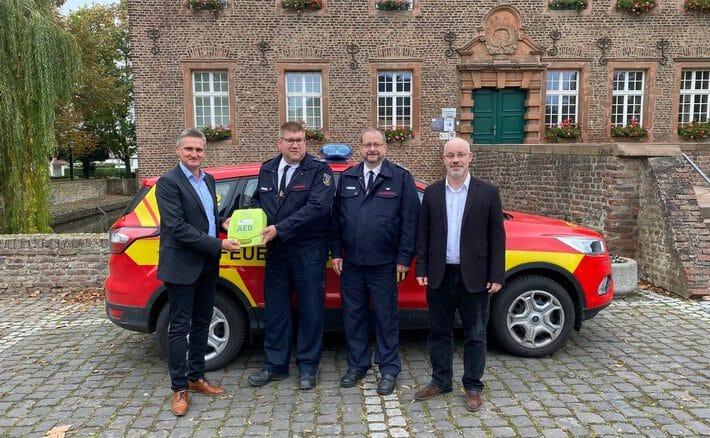 FW Niederzier: Unterstützung für die Feuerwehr Feuerwehr Niederzier stattet Löschfahrzeuge mit Automatisierten externe Defibrillatoren aus(AED)