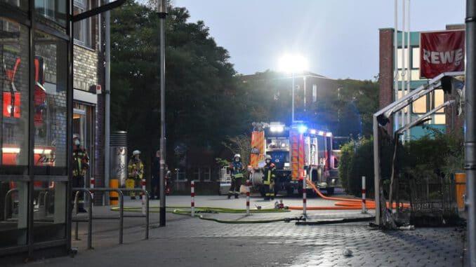 FW Norderstedt: Unterstand für Einkaufswagen an Fassade ausgebrannt - Umfangreiche Nachkontrolle