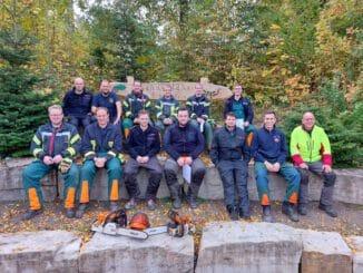 FW-PB: 16 Feuerwehrleute im Ringelsteiner Wald an der Kettensäge fit gemacht