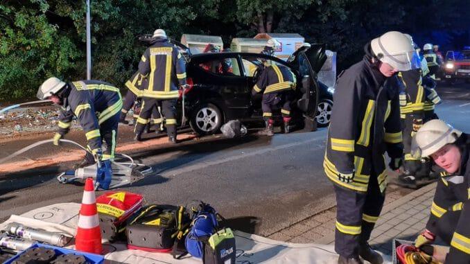FW-RD: Auto fährt in Glascontainer - Fahrer schwerverletzt