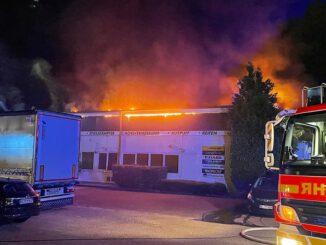 FW-SE: Großfeuer zerstört Autowerkstatt