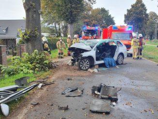 FW Tönisvorst: 19-jähriger Tönisvorster prallt mit seinem PKW gegen einen Baum und muss aufwendig durch die Feuerwehr gerettet werden.