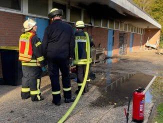 FW-WRN: FEUER_1 - LZ1 - brennt Mülltonne am Vereinsheim